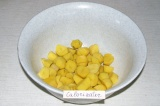 Шаг 4. Картофель нарезать крупными кубиками и выложить в сковороду.
