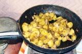 Шаг 5. Когда картофель слегка обжарится, в отдельной емкости смешать соль, специ