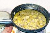 Шаг 6. Тушить картофель до размягчения и почти полного испарения жидкости.