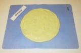 Шаг 4. На бумаге для выпечки или нарисовать окружность 20-25 см. Положить в цент