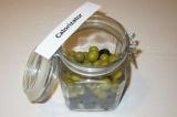 Шаг 10. Сложить в банку оливки и маслины.