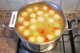 Шаг 10. Проварить еще 5 минут. Готовый суп заправить зеленью.