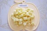 Шаг 3. Очистить и нарезать кубиками картофель.