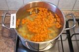 Шаг 7. В кипящую воду опустить картофель и морковь.
