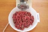 Шаг 2. Порезать мясо и  лук небольшими кусочками. Прокрутить на мясорубке.