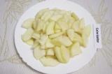 Шаг 4. Очистить от семян и кожицы груши. Нарезать их тонкими ломтиками.