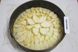 Шаг 6. Выложить сверху на тесто груши.