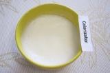 Шаг 2. Взбить с щепоткой соли яичные белки миксером.