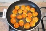 Шаг 6. Обжарить шарики в разогретом растительном масле до золотистого цвета.