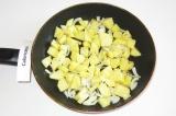 Шаг 5. Обжарить на сухой сковороде лук и картофель.