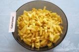 Шаг 5. Почистить картофель. Нарезать его тонкими  брусочками.