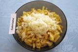 Шаг 6. Очистить и мелко порезать луковицу, добавить к картофелю.