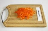 Шаг 2. Морковь нарезать соломкой.