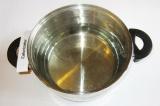 Шаг 3. Воду налить в кастрюлю и довести до кипения.