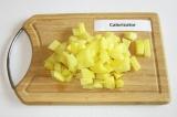 Шаг 5. Картофель нарезать кубиками или ломтиками.