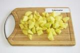 Шаг 1. Картофель очистить, нарезать, поставить варить.