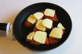 Шаг 9. На помидор выложить сыр. На среднем огне под крышкой поставить до расплав