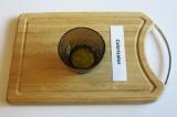 Шаг 2. Смешать оливковое масло и чеснок.