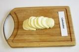 Шаг 4. Сыр нарезать порционными кусочками.
