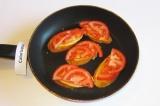 Шаг 8. Разложить сверху ломтики помидора.