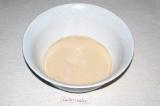 Шаг 1. В кислое молоко насыпать дрожжи и соль.