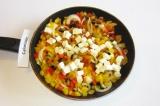 Шаг 5. Через 5-7 минут добавить брынзу, измельченный чеснок и соевый соус. Обжар