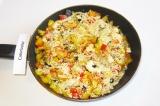 Шаг 6. Готовое блюдо посыпать кунжутом.