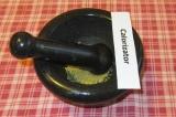 Шаг 1. Семена горчицы слегка растереть в ступке.