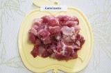 Шаг 1. Промыть и обсушить мясо. Нарезать его небольшими кусочками.