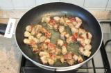 Шаг 3. Разогреть на сковороде сливочное и растительное масло. Обжарить в этой см