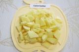 Шаг 5. Очистить и нарезать дольками картофель.