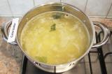 Шаг 6. Вскипятить в кастрюле воду. Добавить в нее картофель, перец, кориандр, ла