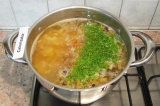 Шаг 7. Добавить в суп мясо с луком, приправить паприкой, всыпать мелконарезанную