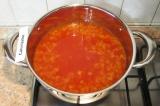 Шаг 5. Выложить помидоры в кастрюлю с луком и залить водой. Довести до кипения.