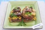 Готовое блюдо: запеченное мясо с грибами и сыром