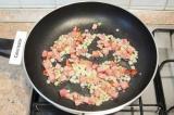 Шаг 4. Разогреть на сковороде растительное масло. Обжарить лук и бекон до золоти