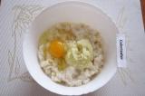 Шаг 3. Добавить к рыбе лук с чесноком и яйцо, перемешать.