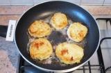 Шаг 7. Разогреть растительное масло на сковороде с толстым дном. Котлеты аккурат