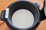 Шаг 2. Влить молоко.