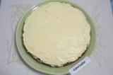 Шаг 9. Смазать половиной крема один корж.