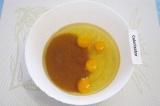 Шаг 1. Смешать в большой миске растительное масло, патоку, яйца и сахар.
