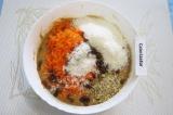 Шаг 3. Натереть морковь на мелкой терке, подмешать в тесто морковь, кокосовую