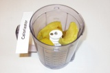 Шаг 4. Готовые яблоки остудить и сложить в блендер.