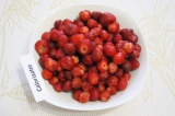 Шаг 1. Очистить клубнику от плодоножек и хорошо промыть.