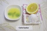 Шаг 4. Выжать сок из лимона.