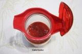 Шаг 5. Выложить клубничную массу в кувшин, добавить лимонный сок и сахар.