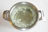 Шаг 2. Положить лук в кипящую соленую воду.