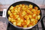 Шаг 6. В сковороду добавить картофель, досолить по вкусу, поперчить и перемешать
