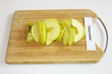 Шаг 5. Яблоко очистить от семян, нарезать тонкими ломтиками.