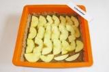 Шаг 7. Выложить яблоки на тесто.